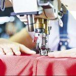 Nhân viên chỉnh sửa quần áo tại cửa hàng MHA-Vinh